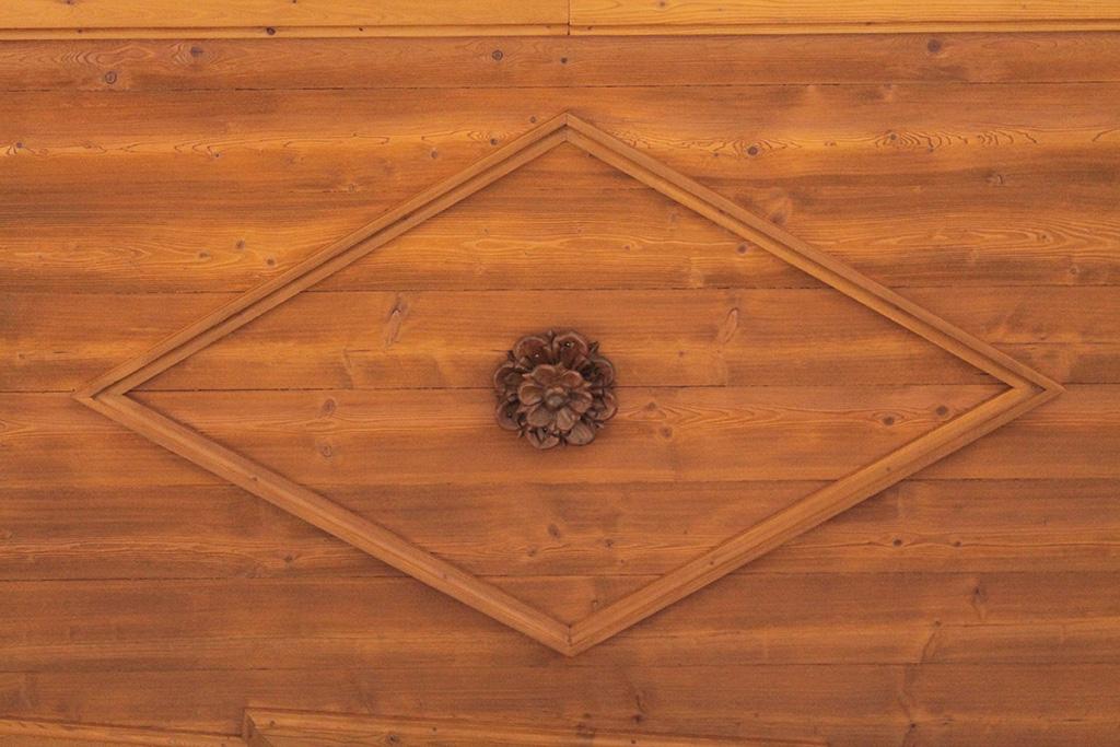 Ristrutturazione soffitto e cornicione in legno di larice - Cornicione casa ...