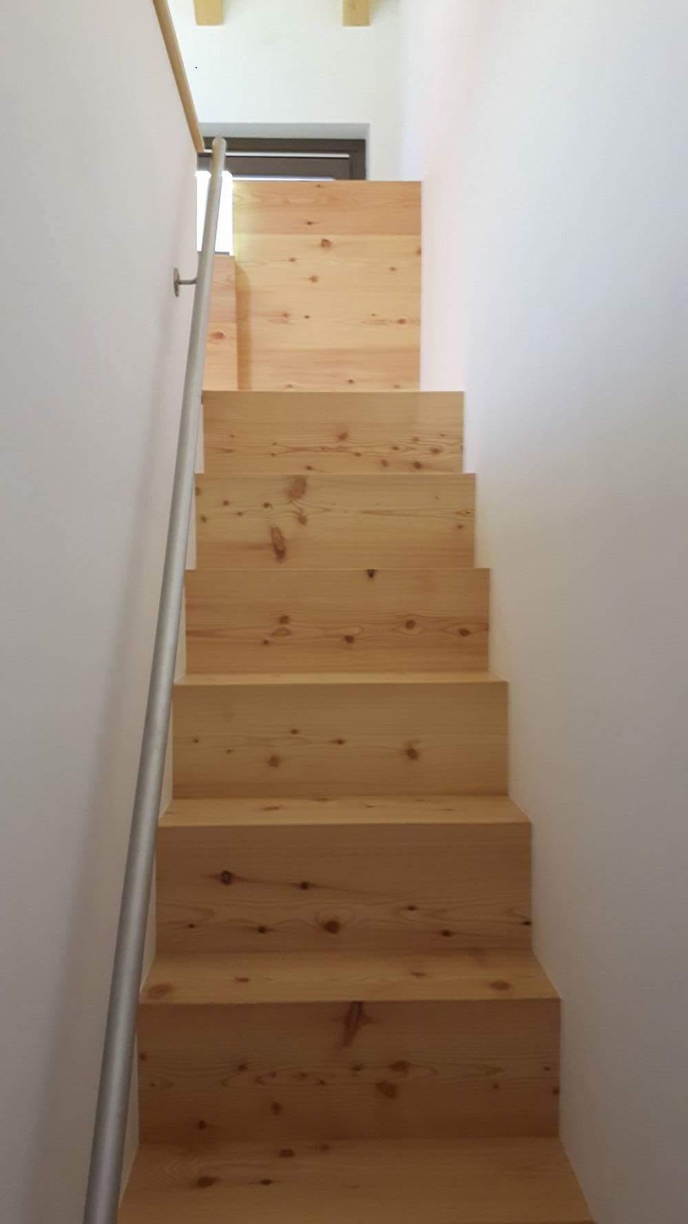 pavimento e scala legno di larice lieve